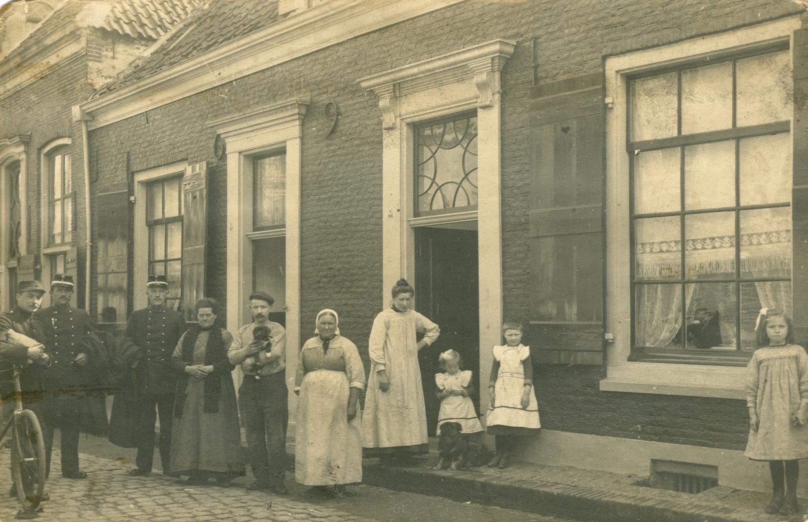 Barbara Helena van Meeteren (1887-1916), Constantia Helena Barbara Schoots (1911-1949), Barbara Margaretha Schoots (1906-1991) in Harderwijk ca 1915