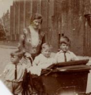 Barbara Margaretha Schoots (1906-1991) met 3 zoons