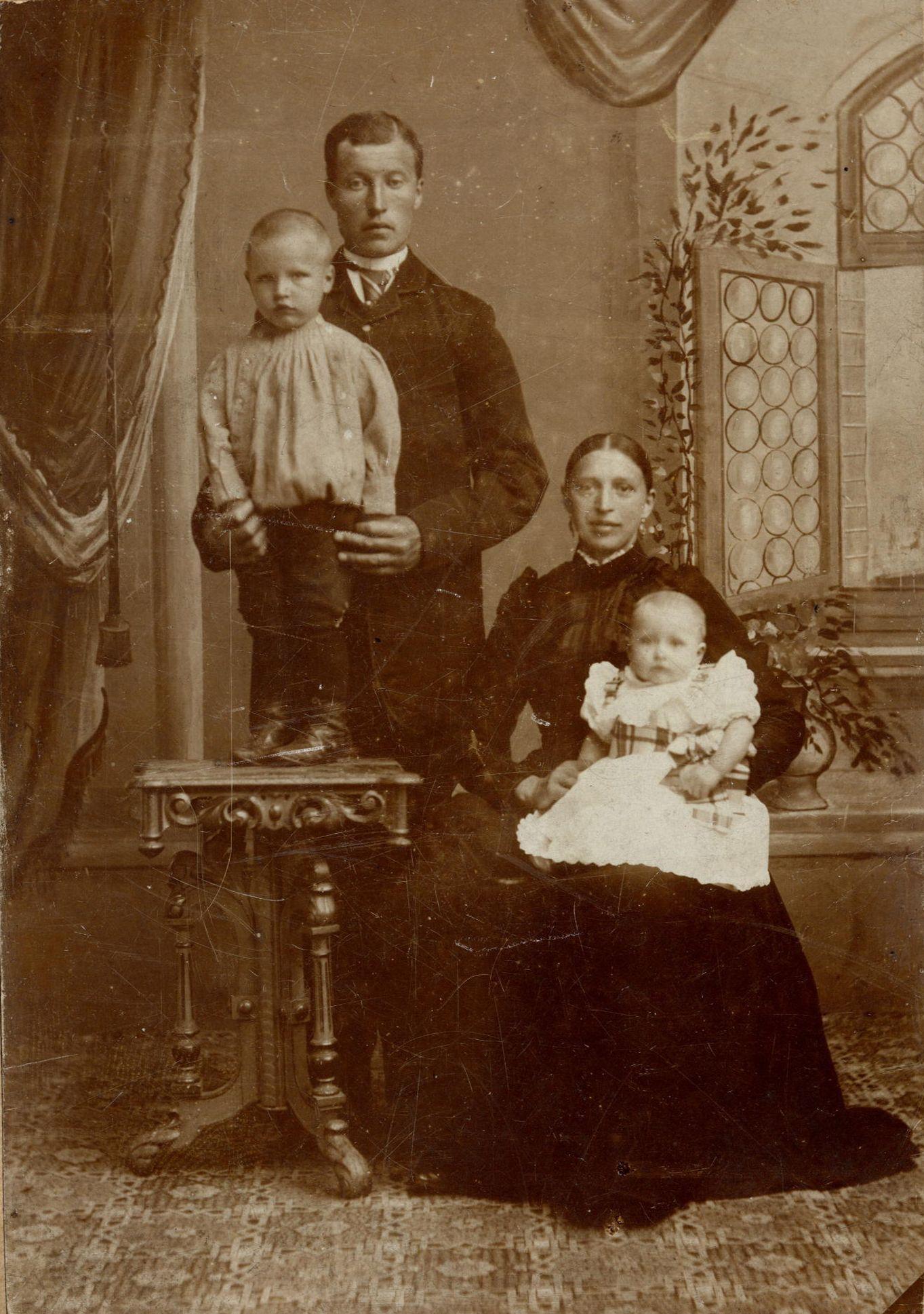 Bernardus Gaasbeek (1893-1966), Hendrik Gaasbeek (1866-1943), Gerarda Geertruida Kool (1864-1938), Wilhelmina Gaasbeek (1895-1988)