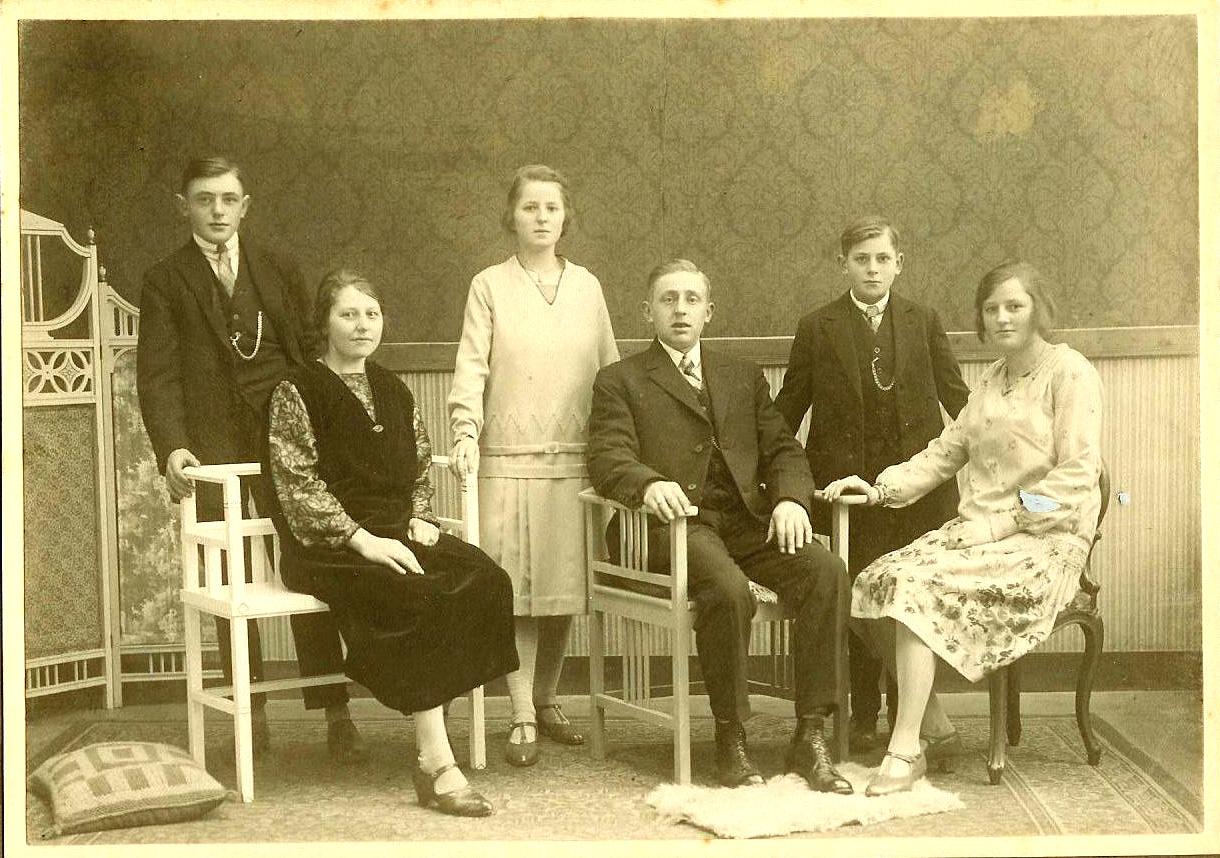 IJsbrand (1912-1995), Jaantje (1899-), Jacoba (1906-1945), Willem (1901-1965), Hugo (1915-2016) en Arendje Plokker (1909-2002)