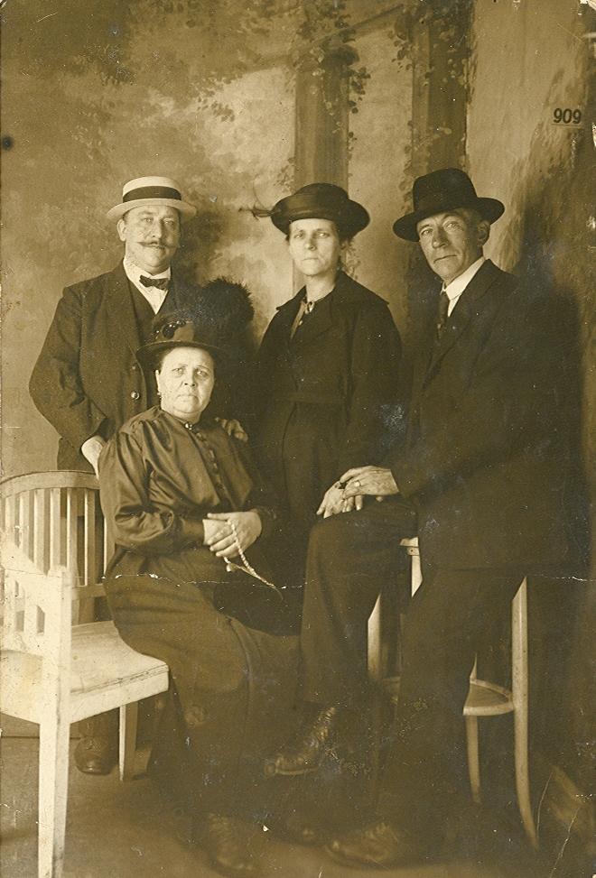 Pieter Vermeulen (1867-1936), Geertruida Elisabeth van Vessum (1875-1939), Alida Johanna Sophia Brouwer (1867-1920), Jillis Adrianus Brouwer (1873-1954)